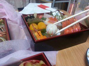 匠2016岩元のおせち京都料亭通販人気ランキングお取り寄せ自宅5-600。京都祇園料亭監修、全国宅配可能冷蔵おせちの岩元おせち匠の口コミですが、京都に住んでいて京都の料亭のおせちを通販で頼むのは、冷蔵で解凍不要な点と、その味や品質の高さでとてもお手頃は価格だからです。日本酒にぴったり&しっくりの岩元おせち、匠でした。