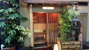 大阪の人気料亭監修のおせち、北新地月波、別館のおせちは匠本舗の解凍不要、冷蔵おせち全国宅配、海鮮たっぷりのバラエティ豊かな、夫婦2人では丁度良い量、長方形2段のお重、おせちです。月波別館外観大阪北新地おせち海鮮
